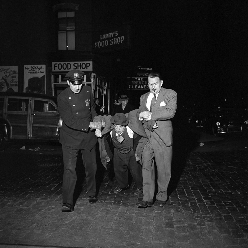 Nový film v kinách Hľadanie Vivian Maier-FVM_Man Being Dragged by Cops Night_¸Vivian Maier_Maloof Collection_online